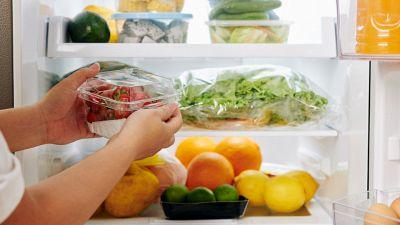 Frutta e verdura, perché non lavarle prima di metterle in frigo