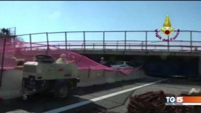 Ponte crolla su auto, due vittime sulla A14