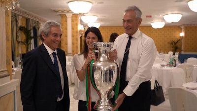 Virginia Raggi incontra la Nazionale: chiacchere con i giocatori e foto con la coppa