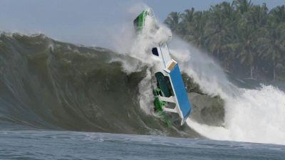 Mare in tempesta: l'enorme onda travolge e inghiotte la barca