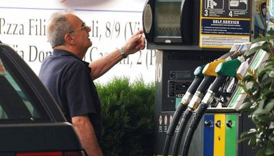 Prezzi benzina record: di quanto aumentano e come risparmiare