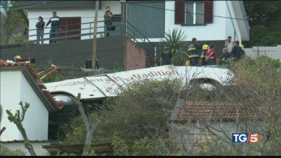 Si ribalta bus, 29 turisti morti