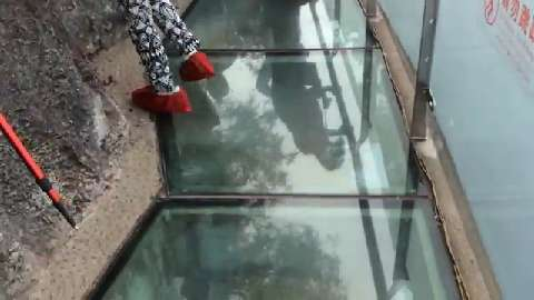 Lo skywalk di vetro in Cina