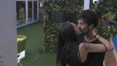 Il bacio tra Gaetano e Martina