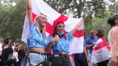 Europei, tifosi inglesi gia' scatenati: cori e fumogeni in centro a Londra