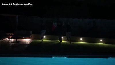 Europei, Renzi festeggia la vittoria dell'Italia con un tuffo in piscina