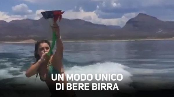 Equilibrio incredibile: beve birra mentre surfa