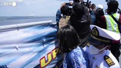 Indonesia, le famiglie delle vittime gettano fiori in mare nel punto in cui e' scomparso il sottomarino