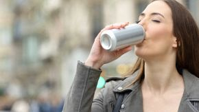 Bere dalle lattine di alluminio fa male? La risposta della scienza