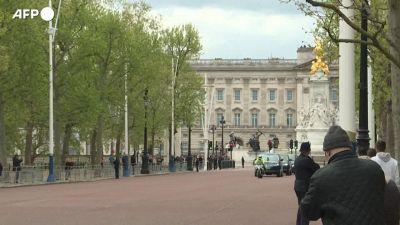 Londra, la regina Elisabetta esce da Buckingham Palace