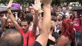 Milano, tensione e spintoni dei manifestanti verso i giornalisti: 'Andatevene. Non fateci domande'