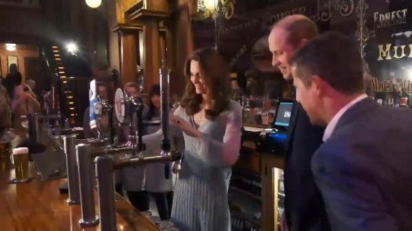 Kate, una Duchessa serve birra al bancone