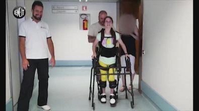 Alice impara a camminare con il suo esoscheletro
