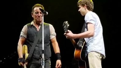 Bruce Springsteen suona con un fan