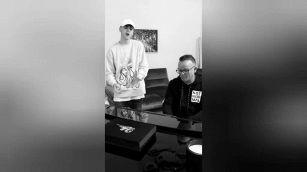 Gigi D'Alessio canta insieme al figlio Luca, il talento è di casa
