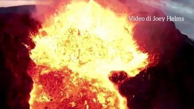 Un drone si schianta in un vulcano attivo: il video è uno spettacolo di luci