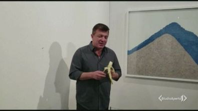 La banana d'arte distrutta a morsi