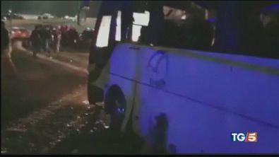 Giza, bomba contro bus turistico alle piramidi