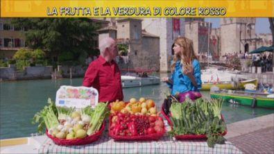La frutta e la verdura di colore rosso