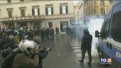 """Manifestazione """"Io apro"""" Bombe carta e scontri"""