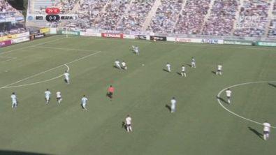 L'attaccante sbaglia, il gol lo fa la coppia di difesa...