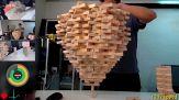 Impila 1500 mattoncini su un pezzo di legno. Poi accade l'irrimediabile