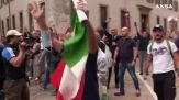No green pass, tensione durante corteo a Milano: manifestanti sfondano cordone Polizia