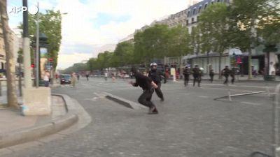 Green Pass, migliaia in piazza a Parigi per protestare contro l'obbligo