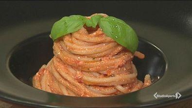 Spaghetti con pesto di ricotta salata, pomodorini e gamberi