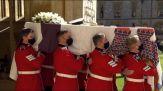 Addio solenne al principe Filippo, Elisabetta II sola e commossa