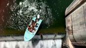Paura in acqua: la barca resta in bilico sulla diga