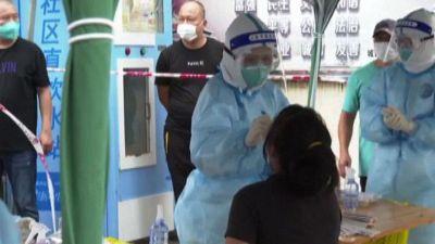 In Cina milioni di persone in fila per i test anti-Covid