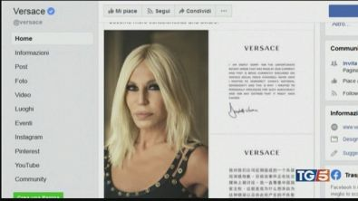 Polemica su una t-shirt Versace