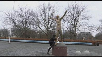 La statua di Ibra in fiamme