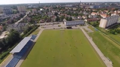 Paracadutista atterra su campo da calcio: quello che accade dopo è tutto da ridere