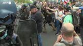 Green pass, scontri e cariche della polizia a Parigi durante un corteo di protesta