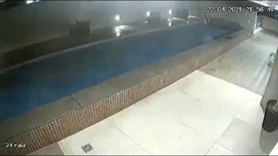 Disastro nel palazzo: piscina crolla sul parcheggio