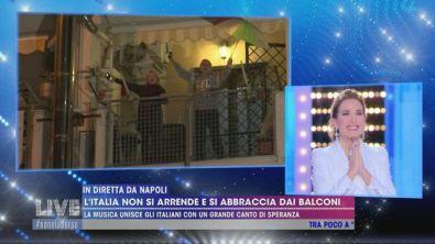 L'Italia non si arrende e si abbraccia dai balconi