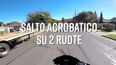 Acrobazie in moto: come in una scena di GTA