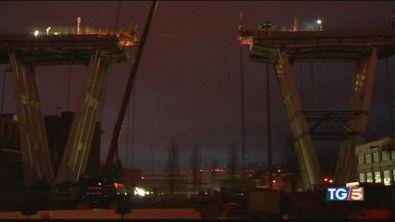 Genova guarda il ponte smontato il primo pezzo