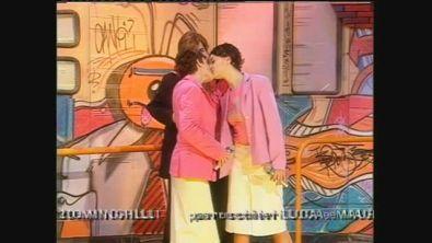 Il bacio tra Carmen Consoli e Paola Cortellesi