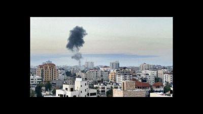 Israele e Hamas intensificano i bombardamenti aerei, raid su Gaza