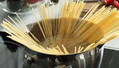 Perché è sbagliato mettere a bollire troppa acqua per la pasta