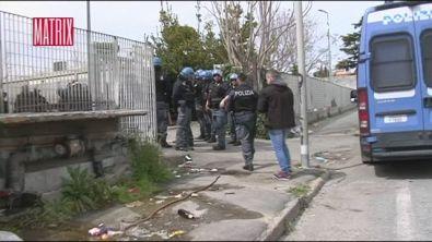 Il blitz della polizia in un campo rom di Roma