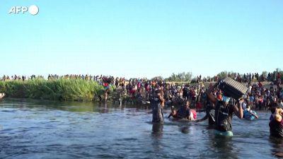 """Usa, """"ci trattano come cani"""", i migranti che attraversano il Rio Grande"""