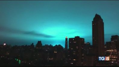"""Scia blu a New York """"Non sono gli alieni"""""""