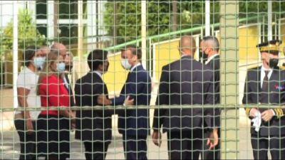 """A Marsiglia Macron accolto dai """"buh"""" mentre visita una scuola"""