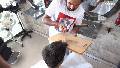 Fiamma ossidrica e mannaia: i metodi alternativi del parrucchiere pakistano