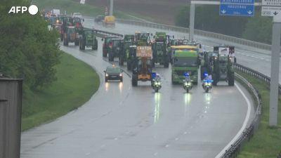 Francia, gli agricoltori invadono l'autostrada per protestare contro la nuova politica agricola