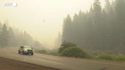 California, la pioggia aiuta i vigili del fuoco a domare le fiamme